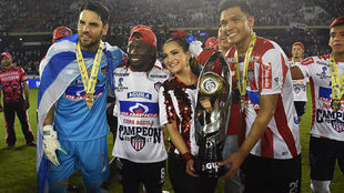 Los jugadores del Junior posan con el trofeo de la Copa.