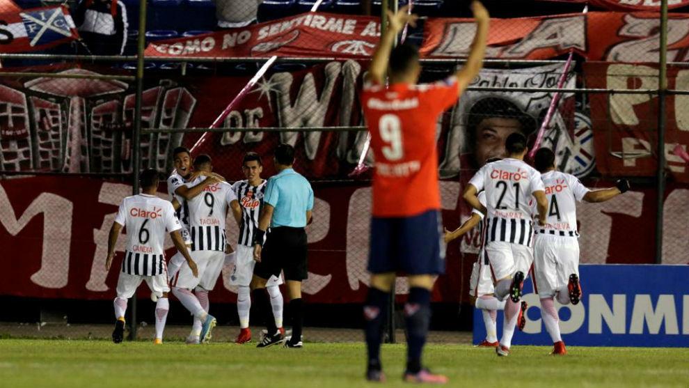 Los jugadores del Libertad felicitan a Cardozo tras su gol a...