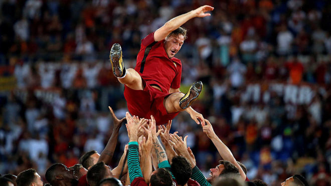 Totti es manteado en su último partido con la Roma.