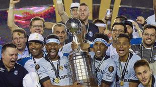 Los jugadores de Gremio levantan la Copa ganada ante Lanús.