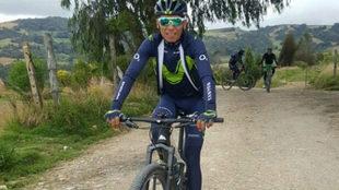 Nairo Quintana con la bici de montaña en su tierra boyacense