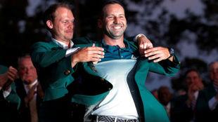 Sergio, en el momento de ponerse la chaqueta verde.