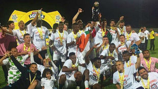 Los jugadores de Boyacá Chicó festejan su ascenso con su trofeo de...