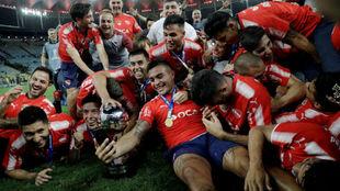 Los jugadores de Independiente celebran el título al final del...