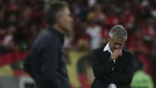 Reinaldo Rueda, pensativo, durante el partido ante Independiente