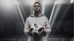 Kaká presenta el balón oficial del Mundial de Rusia.