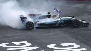 Lewis Hamilton, celebrando el título en México.