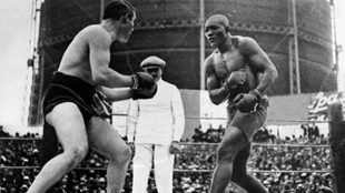 Momento del combate entre Jack Johnson y Tommy Burns.