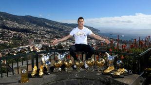 Cristiano posa con todos los trofeos personales que tiene en su museo...