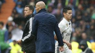 Zidane saluda a James después de sustituirle en un partido del Real...