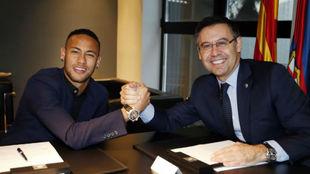 Neymar y Bartomeu, tras firmar la renovación del brasileño