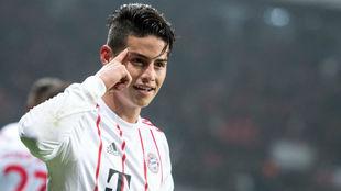 James celebra su gol de falta al Leverkusen