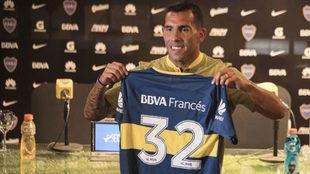 Tévez muestra la camiseta que usará en Boca Juniors.