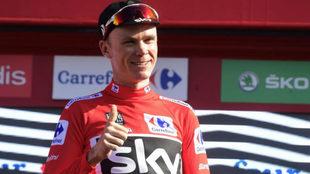 Chris Froome con el jersey de líder en el podio de la etapa 12 de la...