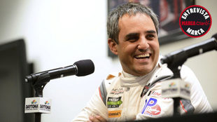Juan Pablo Montoya sonríe en una rueda de prensa.