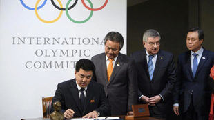 El representante de Corea del Norte firma para que su país asista a...