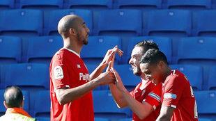 Muriel celebra con Nzonzi y Sarabia uno de los goles del Sevilla