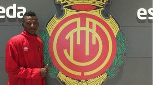 Anderson Arroyo posa con el escudo del Mallorca