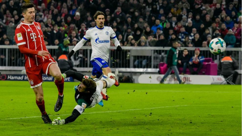 Lewandowski, en el momento de batir a Fährmann, guardameta del...