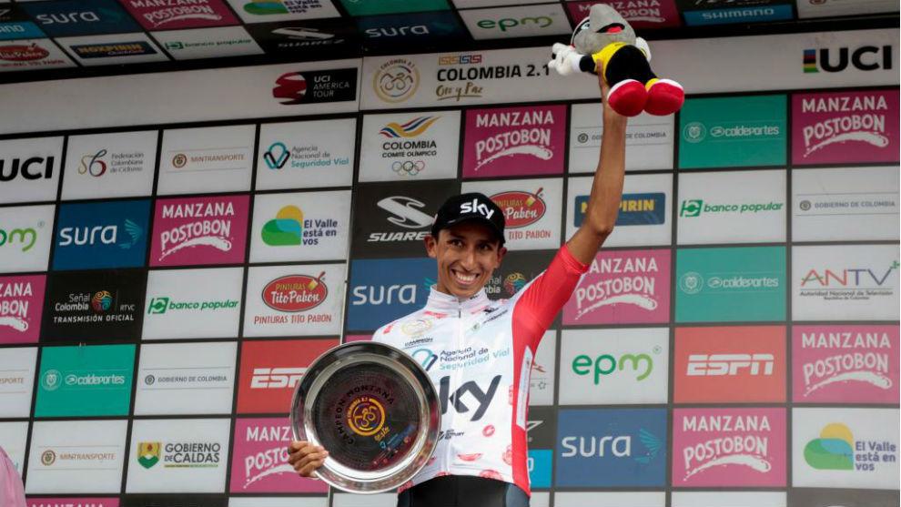 Egan Bernal, en el podio, tras ganar la Oro y Paz
