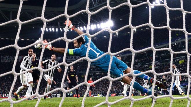 Buffon se estira en una jugada de ataque del Tottenham.