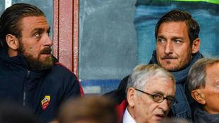 Totti viendo un partido de la Roma junto a su amigo De Rossi.