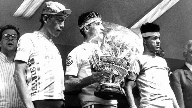 Fabio Parra y 'Perico' Delgado, en el podio de la Vuelta a España...
