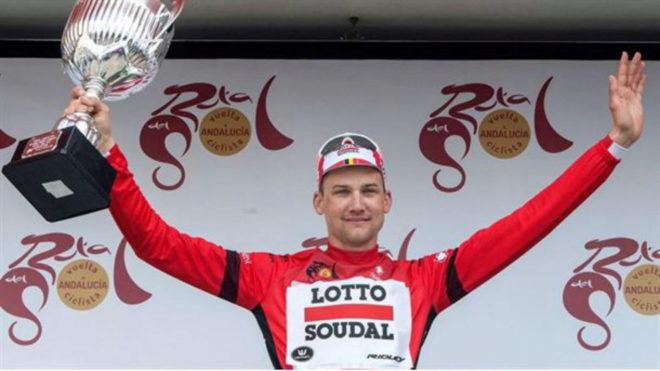 El belga con el trofeo de campeón andaluz. Foto: Twitter Lotto-Soudal