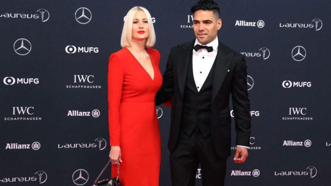 Falcao, junto a su esposa Lorelei Taron, en la entrega de los premios...