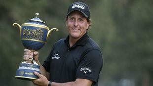Phil Mickelson posa con el trofeo de ganador / AFP