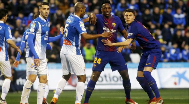 Yerry Mina trata de ganar la posición en un córner ante el Espanyol