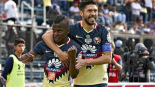 Quintero celebra un gol junto a Oribe Peralta.