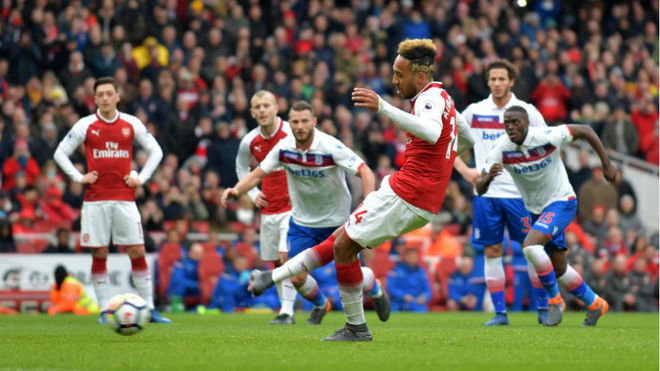 Arsenal vence al Stoke y se acerca a la Champions