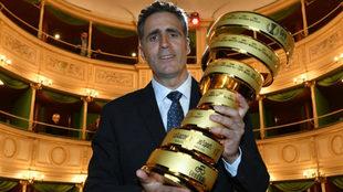 Miguel Indurain posando con el trofeo al campeón del Giro que ganó...