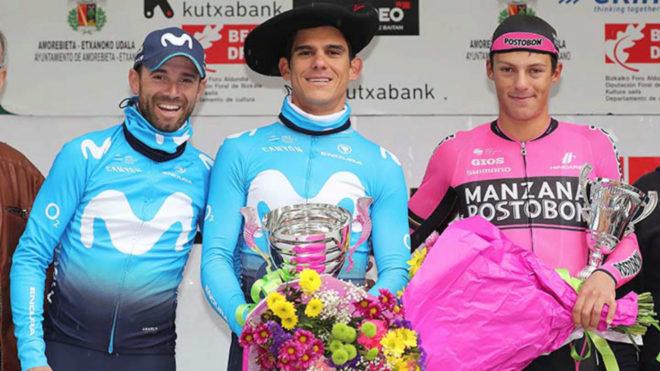 El colombiano Wilmar Paredes en el podio de los mejores junto...