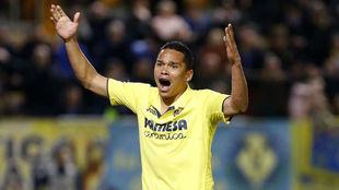 Bacca gesticula durante un partido con el Villarreal
