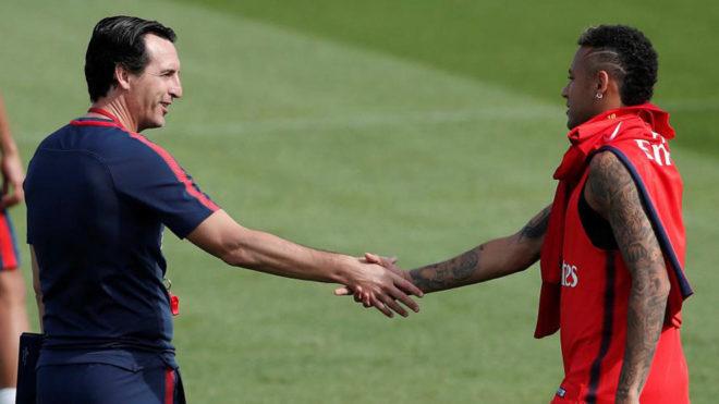 Emery y Neymar se saludan en un entrenamiento del PSG