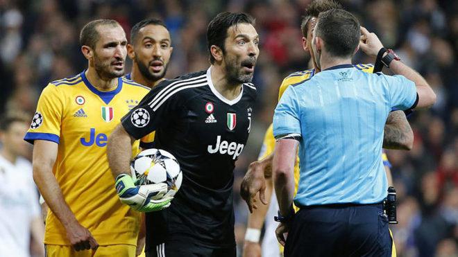 Buffon protesta airadamente al árbitro tras la decisiva jugada del