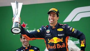 Ricciardo, tras recibir el trofeo de ganador