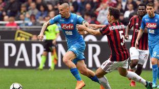 Hamsi conduce un balón durante el partido ante el Milan