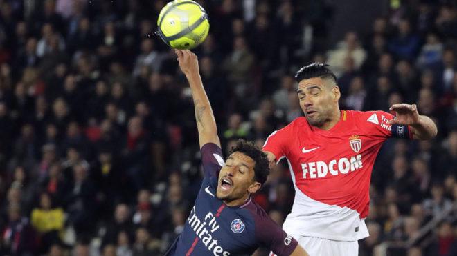 Falcao intenta cabecear un balón ante la marca de Marquinhos.