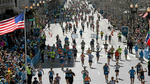 Miles de corredores llegan a meta en el maratón de Boston / AFP