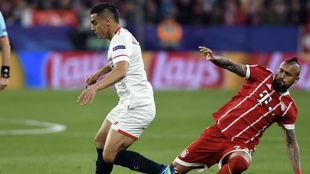 Vidal disputa un balón con Ben Yedder.