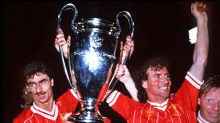 Craig Johnston con Ian Rush y Sammy Lee tras la final de la Copa de...