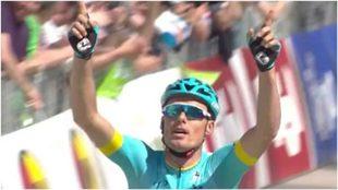 Luisle levanta los brazos tras ganar la cuerta etapa del Tour de los...
