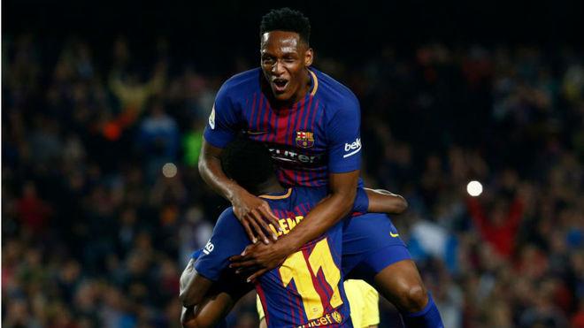 Yerry se abraza a Dembelé tras marcar éste al Villarreal