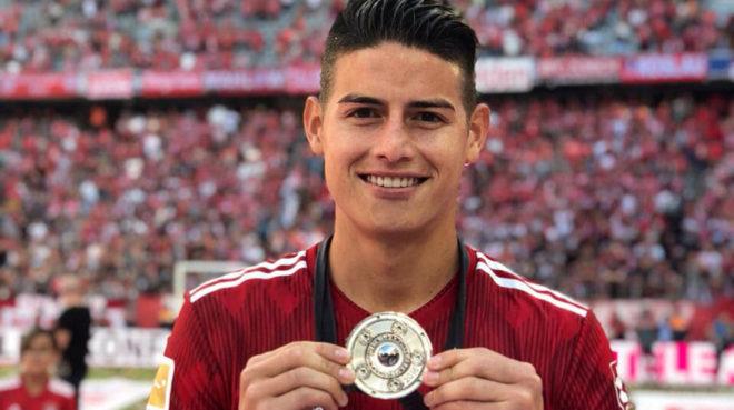 James luce orgulloso su medalla como campeón de la Bundesliga