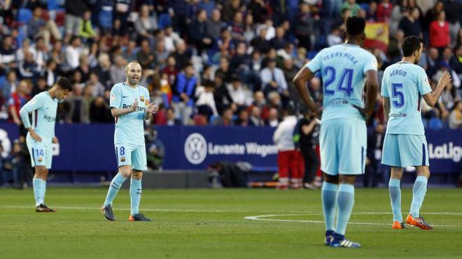 Los jugadores del Barcelona, desolados tras encajar uno de los cinco...
