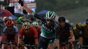 Bennett ya completa dos triunfos de etapa en el Giro 101
