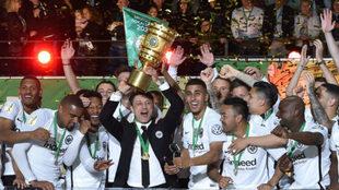 Kovac, técnico del Eintracht, levanta el trofeo de Copa junto al...